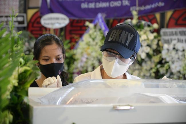 Gia đình, bạn bè đồng nghiệp không kìm được nước mắt trong ngày đưa tiễn Mai Phương về nơi an nghỉ cuối cùng - Ảnh 8.