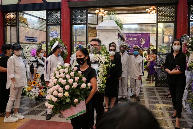 Gia đình, bạn bè đồng nghiệp không kìm được nước mắt trong ngày đưa tiễn Mai Phương về nơi an nghỉ cuối cùng - Ảnh 11.