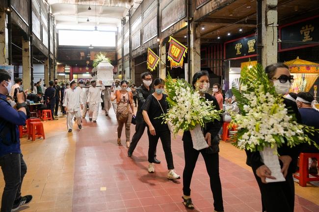 Gia đình, bạn bè đồng nghiệp không kìm được nước mắt trong ngày đưa tiễn Mai Phương về nơi an nghỉ cuối cùng - Ảnh 14.