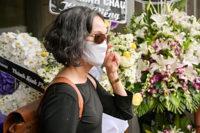 Gia đình, bạn bè đồng nghiệp không kìm được nước mắt trong ngày đưa tiễn Mai Phương về nơi an nghỉ cuối cùng - Ảnh 9.