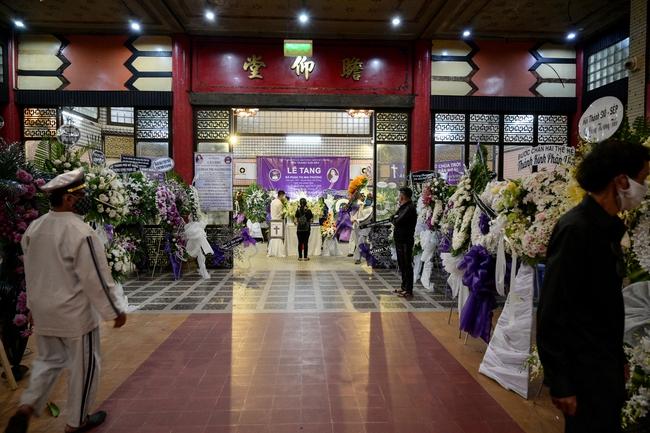 Gia đình, bạn bè đồng nghiệp không kìm được nước mắt trong ngày đưa tiễn Mai Phương về nơi an nghỉ cuối cùng - Ảnh 16.