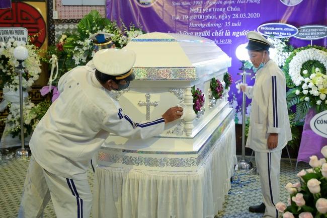 Gia đình, bạn bè đồng nghiệp không kìm được nước mắt trong ngày đưa tiễn Mai Phương về nơi an nghỉ cuối cùng - Ảnh 12.