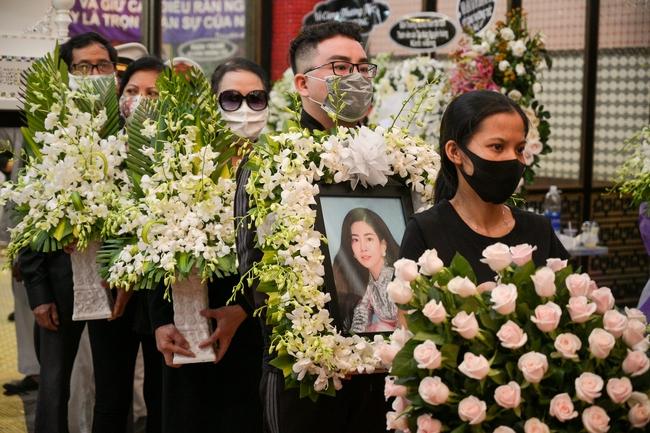 Gia đình, bạn bè đồng nghiệp không kìm được nước mắt trong ngày đưa tiễn Mai Phương về nơi an nghỉ cuối cùng - Ảnh 17.