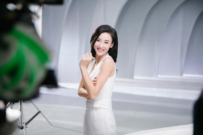 Hình hậu trường chụp quảng cáo của Trương Bá Chi khiến mọi người bất ngờ - Ảnh 8.