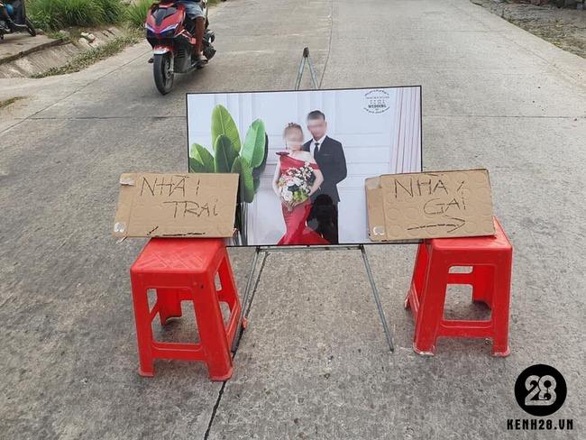 Hình ảnh đám cưới nhà trai nhà gái cách nhau một con đường, biển chỉ dẫn phải để ngay chính giữa để không nhầm lẫn nhưng dân mạng chỉ ra ngay một đặc điểm sai trái - Ảnh 2.