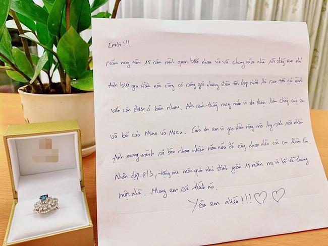 Sau scandal ly hôn, Lưu Hương Giang hạnh phúc khoe được ông xã Hồ Hoài Anh tặng chiếc nhẫn siêu bự kèm bức thư viết tay vô cùng ngọt ngào - Ảnh 1.