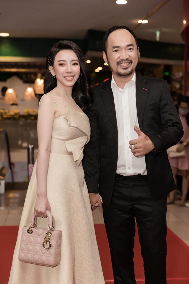 Thu Trang mặc gợi cảm, được Tiến Luật tình cảm giúp sửa khẩu trang giữa họp báo - Ảnh 8.