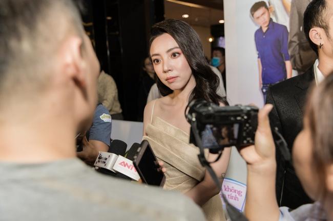 Thu Trang mặc gợi cảm, được Tiến Luật tình cảm giúp sửa khẩu trang giữa họp báo - Ảnh 6.