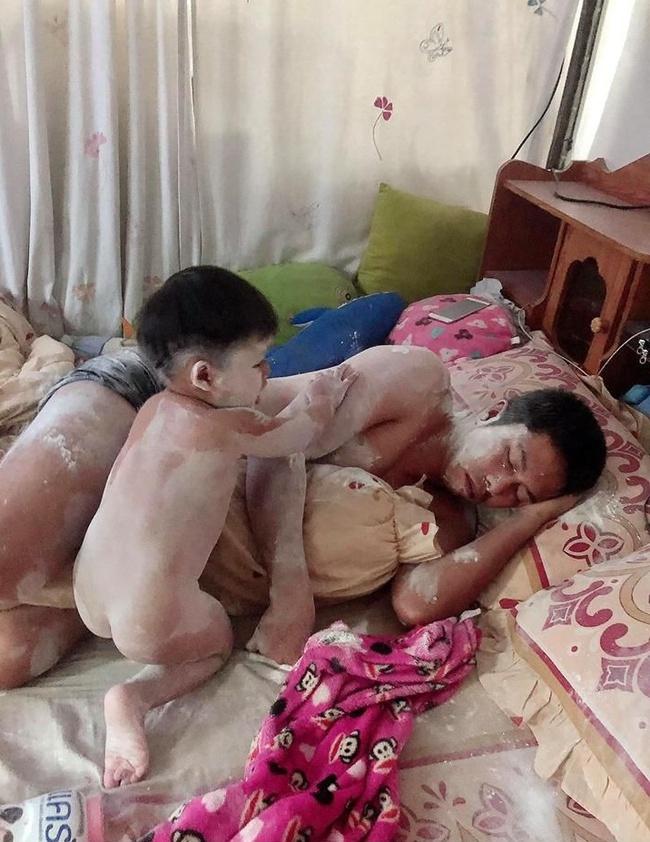 Ở nhà trông con, ông bố nếm đủ trái đắng khi trót ngủ say khi con còn thức - Ảnh 2.