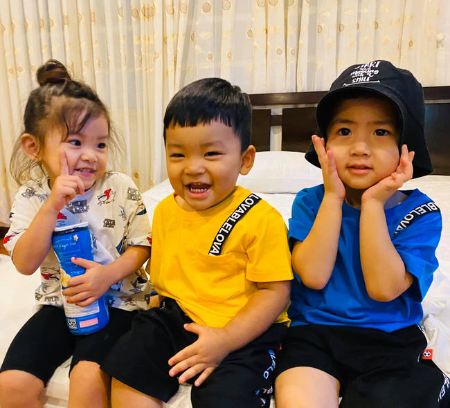 """Hải Băng khoe ảnh 3 nhóc tỳ ngồi cúng cụ cực thành tâm, riêng """"anh ba Koi"""" vái khí thế nhất vì lý do bất ngờ - Ảnh 5."""