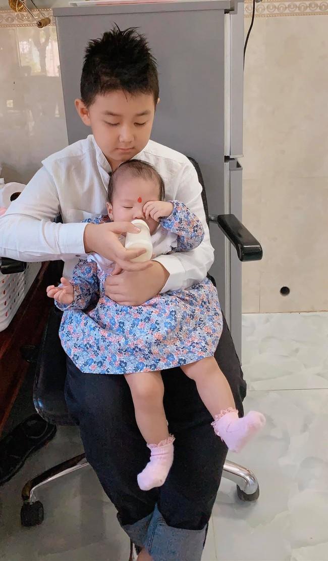 Mới 6 tháng tuổi, con gái Lê Phương đã sở hữu chiều cao vượt trội, hứa hẹn trở thành mỹ nhân chân dài trong tương lai - Ảnh 4.