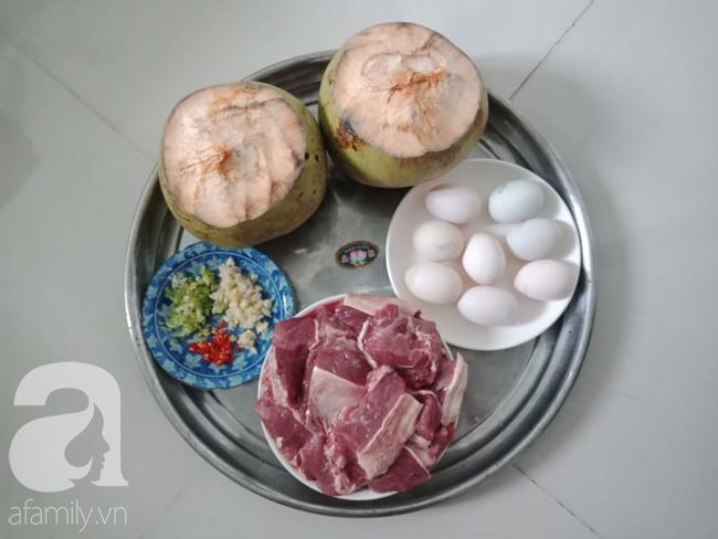 Mẹ đảm Sài Gòn chia sẻ mâm cơm 2 món lạ miệng dễ nấu, vụng mấy cũng làm được! - Ảnh 1.