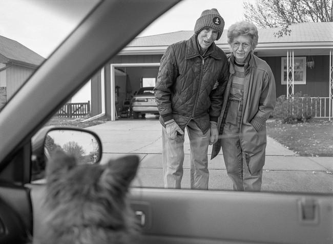"""Bộ ảnh """"Rời đi và vẫy chào"""" mất gần 30 năm hoàn thiện gây xúc động toàn thế giới bởi cha mẹ đã nằm xuống nhưng tình cảm vẫn đong đầy như ngày nào! - Ảnh 2."""