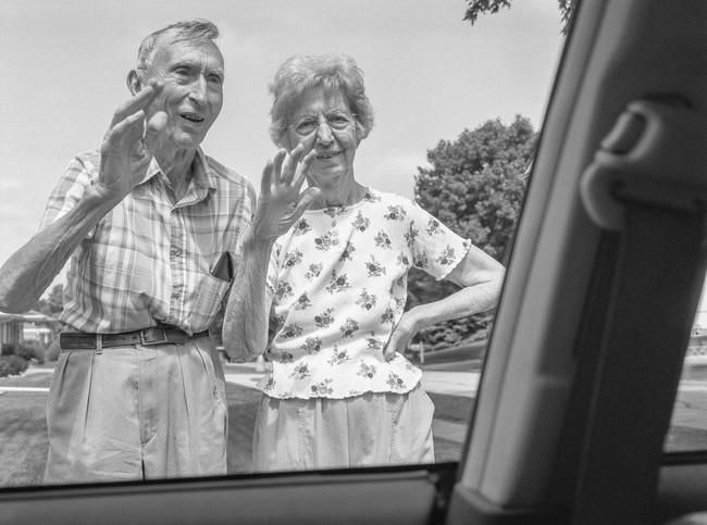 """Bộ ảnh """"Rời đi và vẫy chào"""" mất gần 30 năm hoàn thiện gây xúc động toàn thế giới bởi cha mẹ đã nằm xuống nhưng tình cảm vẫn đong đầy như ngày nào! - Ảnh 8."""