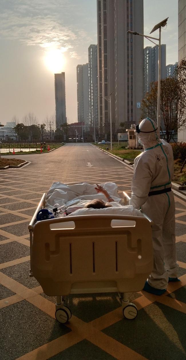 Khoảnh khắc đắt giá nhất: Bác sĩ và bệnh nhân cùng ngắm hoàng hôn sau nhiều ngày đối đầu với dịch bệnh ở Vũ Hán - Ảnh 1.