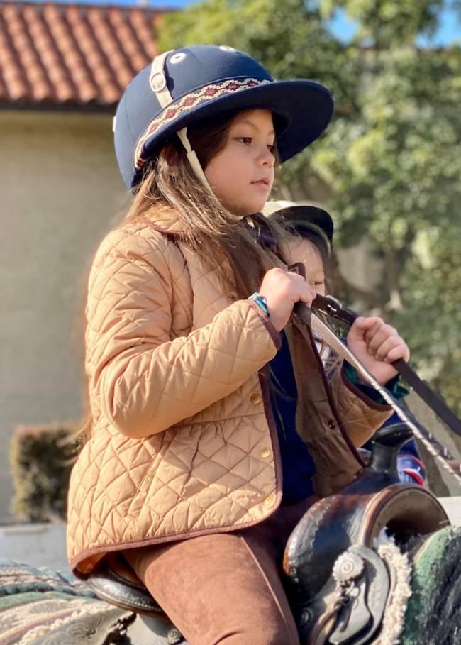 Chăm con mùa dịch kiểu nhà giàu: Diva Hồng Nhung mất hết show vẫn cho con sang Mỹ trải nghiệm môn thể thao đẳng cấp đại gia - Ảnh 4.