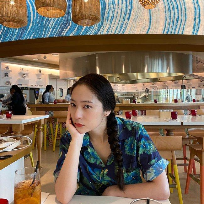 Tóc tết một đuôi sam rất trẻ trung lãng mạn chứ không hề sến, loạt mỹ nhân Việt - Hàn ai diện cũng đẹp - Ảnh 9.