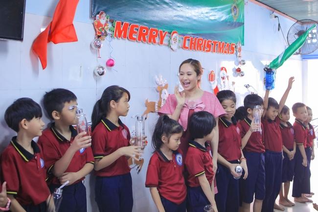 Thanh Thúy bế con trai út đến tặng quà cho trẻ em có hoàn cảnh khó khăn - Ảnh 6.
