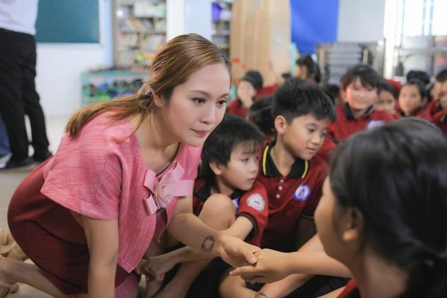 Thanh Thúy bế con trai út đến tặng quà cho trẻ em có hoàn cảnh khó khăn - Ảnh 7.