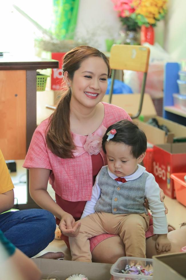 Thanh Thúy bế con trai út đến tặng quà cho trẻ em có hoàn cảnh khó khăn - Ảnh 3.
