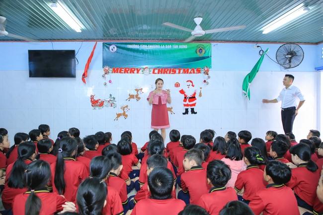 Thanh Thúy bế con trai út đến tặng quà cho trẻ em có hoàn cảnh khó khăn - Ảnh 2.