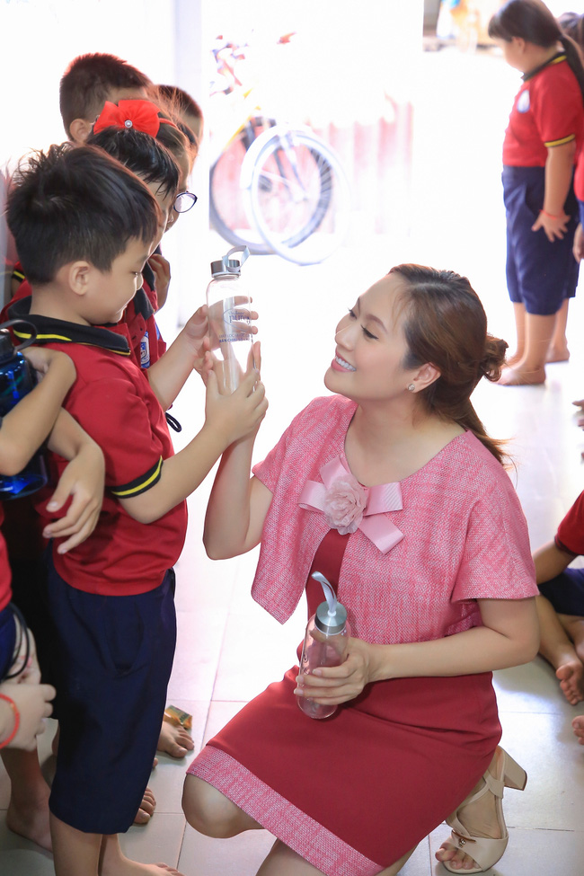 Thanh Thúy bế con trai út đến tặng quà cho trẻ em có hoàn cảnh khó khăn - Ảnh 9.