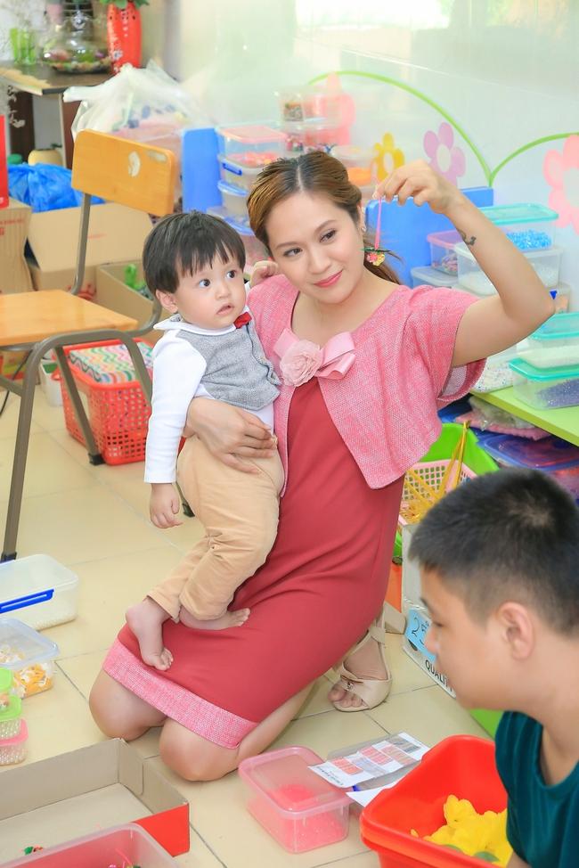 Thanh Thúy bế con trai út đến tặng quà cho trẻ em có hoàn cảnh khó khăn - Ảnh 4.