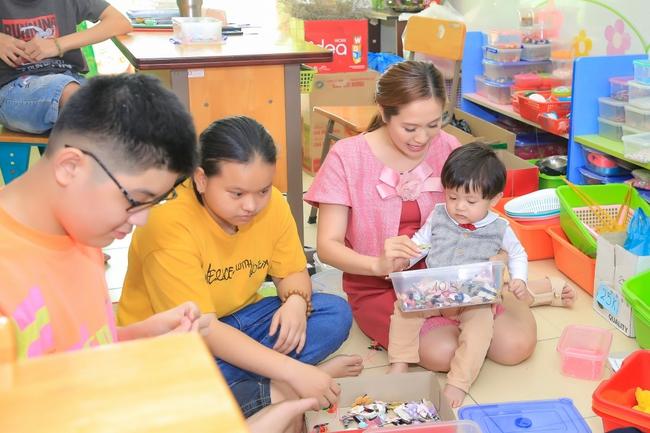 Thanh Thúy bế con trai út đến tặng quà cho trẻ em có hoàn cảnh khó khăn - Ảnh 5.