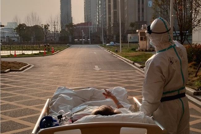 Khoảnh khắc đắt giá nhất: Bác sĩ và bệnh nhân cùng ngắm hoàng hôn sau nhiều ngày đối đầu với dịch bệnh ở Vũ Hán - Ảnh 2.