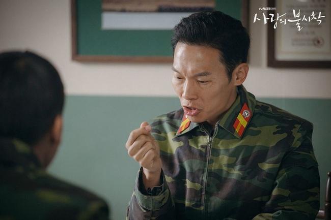 """""""Crash Landing On You"""": """"Thánh nhây"""" Pyo Chi Su tiết lộ không dám nhìn Hyun Bin vì quá đẹp trai, bật mí lý do """"ghét"""" Son Ye Jin  - Ảnh 8."""