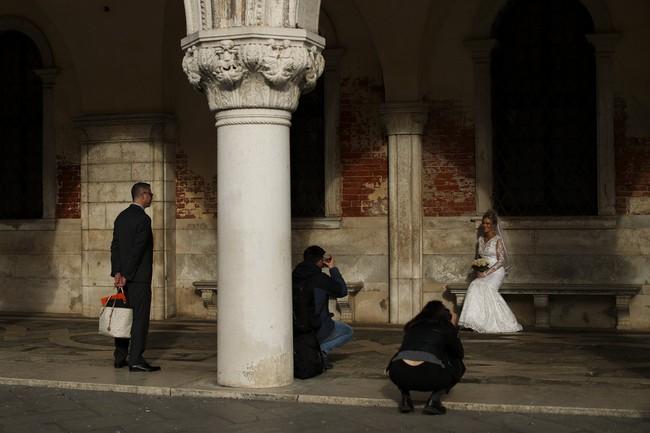 Chùm ảnh thánh địa tình yêu của nước Ý thời dịch Covid-19: Thành phố tình yêu đánh mất linh hồn khi du khách chạy trốn virus corona - Ảnh 17.