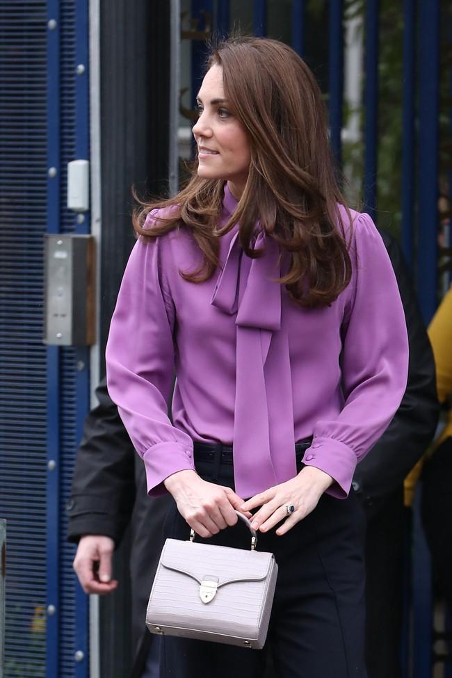 """Công nương Kate sở hữu rất nhiều """"vũ khí"""" thời trang lợi hại, trong đó có váy áo cổ nơ buộc cứ diện lên là sang ngút ngàn - Ảnh 2."""