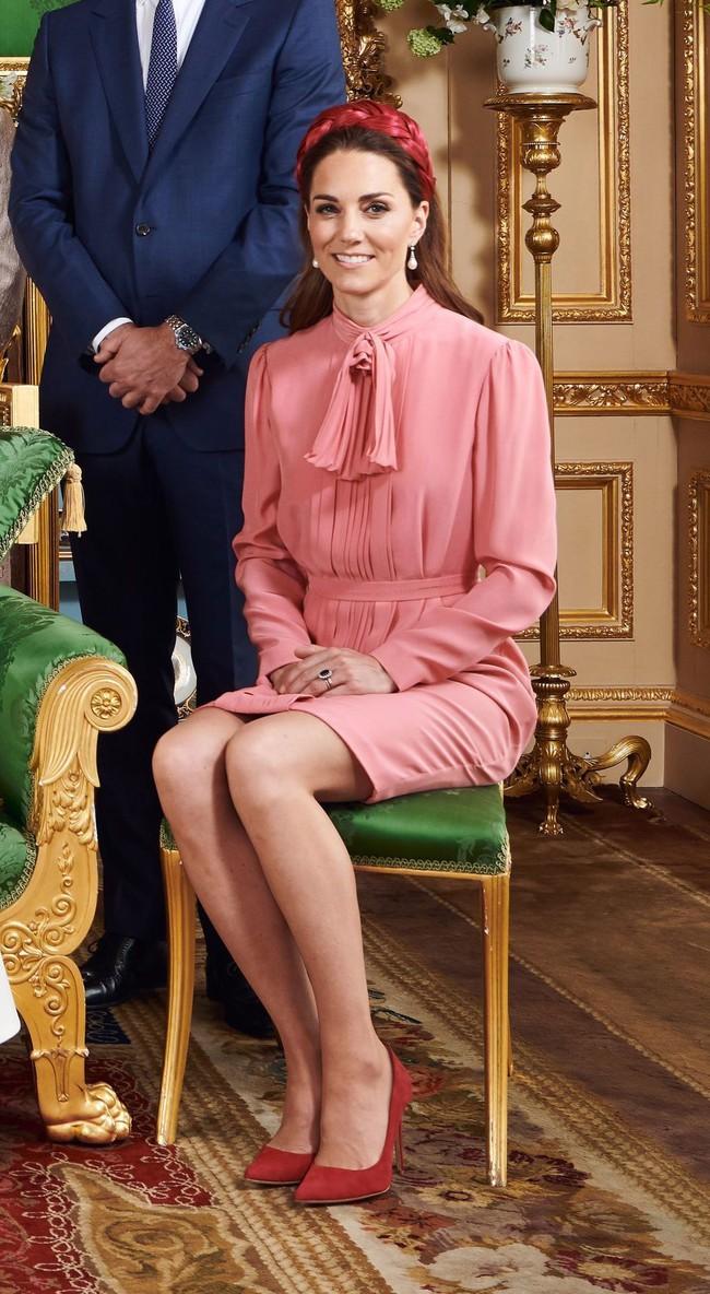 """Công nương Kate sở hữu rất nhiều """"vũ khí"""" thời trang lợi hại, trong đó có váy áo cổ nơ buộc cứ diện lên là sang ngút ngàn - Ảnh 8."""