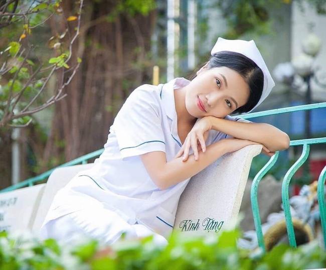 """Hết """"Hậu duệ Mặt trời"""", """"Cua lại vợ bầu"""", Thùy Dương tiếp tục làm y tá trong """"Nắng 3"""" - Ảnh 2."""