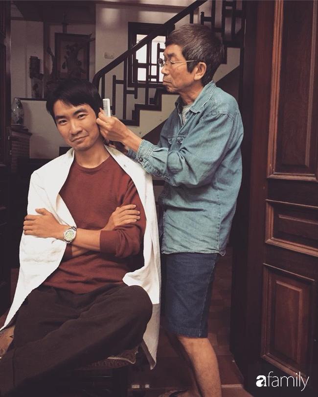 """Kỉ niệm ngày đầu tiên ở nhà chống dịch, chàng trai 32 tuổi """"so tài"""" cắt tóc cùng bố, tuy nghiệp dư nhưng kết quả thì ai cũng thấy vui - Ảnh 1."""