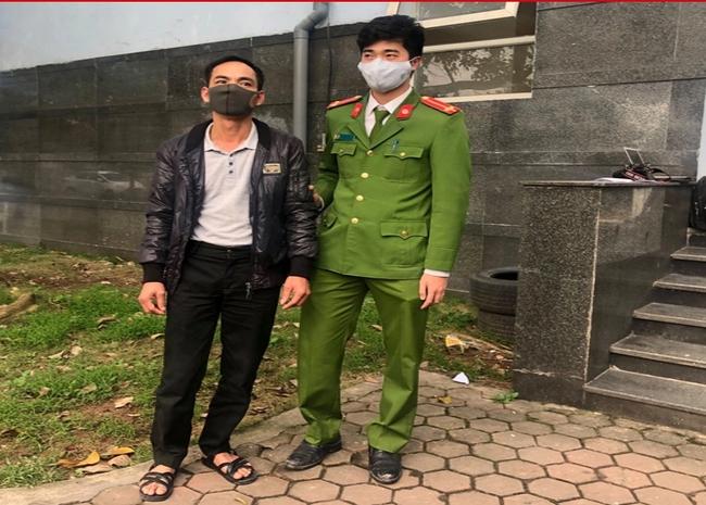 Bắt giam người đàn ông đổ hàng chục thùng phuy chứa chất thải nguy hại xuống sông Hồng - Ảnh 1.
