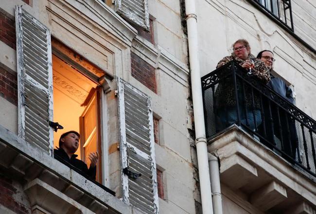 Cuộc sống bên ô cửa sổ, trên ban công, mái nhà thời cách ly tránh Covid-19, tưởng bí bách tù túng nhưng đẹp lạ thường - Ảnh 1.