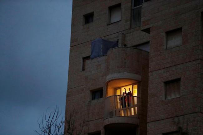 Cuộc sống bên ô cửa sổ, trên ban công, mái nhà thời cách ly tránh Covid-19, tưởng bí bách tù túng nhưng đẹp lạ thường - Ảnh 10.