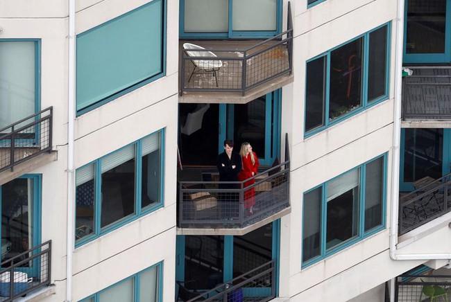 Cuộc sống bên ô cửa sổ, trên ban công, mái nhà thời cách ly tránh Covid-19, tưởng bí bách tù túng nhưng đẹp lạ thường - Ảnh 12.