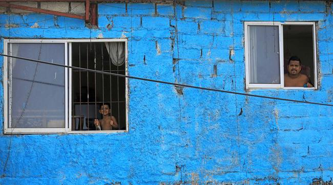 Cuộc sống bên ô cửa sổ, trên ban công, mái nhà thời cách ly tránh Covid-19, tưởng bí bách tù túng nhưng đẹp lạ thường - Ảnh 14.