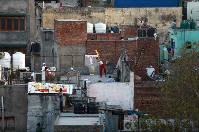 Cuộc sống bên ô cửa sổ, trên ban công, mái nhà thời cách ly tránh Covid-19, tưởng bí bách tù túng nhưng đẹp lạ thường - Ảnh 15.
