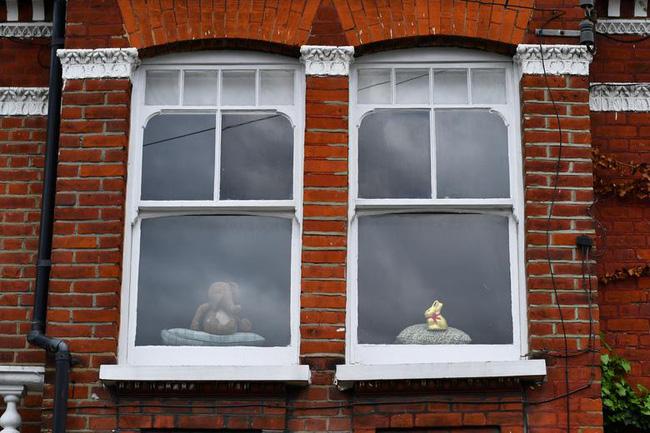 Cuộc sống bên ô cửa sổ, trên ban công, mái nhà thời cách ly tránh Covid-19, tưởng bí bách tù túng nhưng đẹp lạ thường - Ảnh 17.
