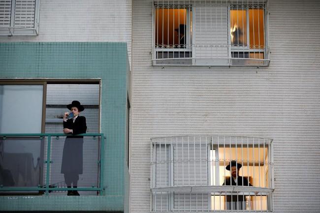 Cuộc sống bên ô cửa sổ, trên ban công, mái nhà thời cách ly tránh Covid-19, tưởng bí bách tù túng nhưng đẹp lạ thường - Ảnh 18.