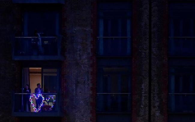 Cuộc sống bên ô cửa sổ, trên ban công, mái nhà thời cách ly tránh Covid-19, tưởng bí bách tù túng nhưng đẹp lạ thường - Ảnh 19.