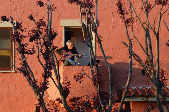 Cuộc sống bên ô cửa sổ, trên ban công, mái nhà thời cách ly tránh Covid-19, tưởng bí bách tù túng nhưng đẹp lạ thường - Ảnh 2.