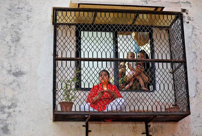 Cuộc sống bên ô cửa sổ, trên ban công, mái nhà thời cách ly tránh Covid-19, tưởng bí bách tù túng nhưng đẹp lạ thường - Ảnh 20.