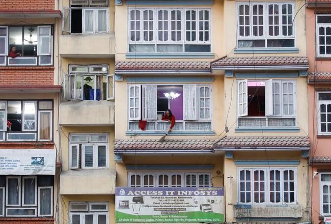 Cuộc sống bên ô cửa sổ, trên ban công, mái nhà thời cách ly tránh Covid-19, tưởng bí bách tù túng nhưng đẹp lạ thường - Ảnh 26.