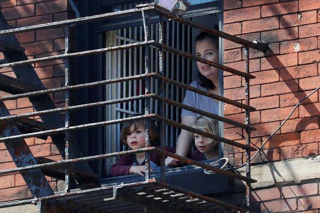 Cuộc sống bên ô cửa sổ, trên ban công, mái nhà thời cách ly tránh Covid-19, tưởng bí bách tù túng nhưng đẹp lạ thường - Ảnh 27.