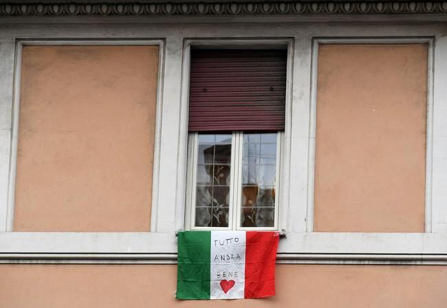 Cuộc sống bên ô cửa sổ, trên ban công, mái nhà thời cách ly tránh Covid-19, tưởng bí bách tù túng nhưng đẹp lạ thường - Ảnh 9.