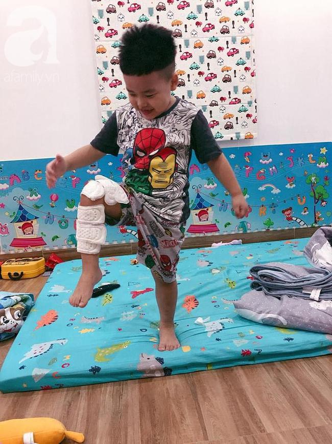 Thay mẹ trông em, bé trai 4 tuổi vào vai siêu nhân chữa vết thương cho em trai và thú cưng bằng băng vệ sinh hàng ngày của mẹ - Ảnh 5.